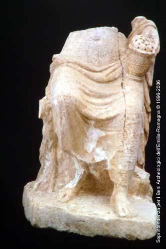 Museo Archeologico del Compito: statua femminile in marmo, II sec. d.C., prospetto. Archivio SAER